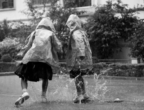 Kinderen die in de regen spelen